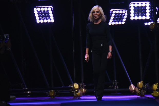 32b3b09bb Donatella Versace, apresentou sua Coleção Verão 2017 na Semana de Moda de  Milão.